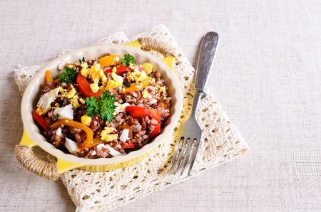 Foto de Brown rice with vegetables and eggs in a ceramic bowl - Imagen libre de derechos