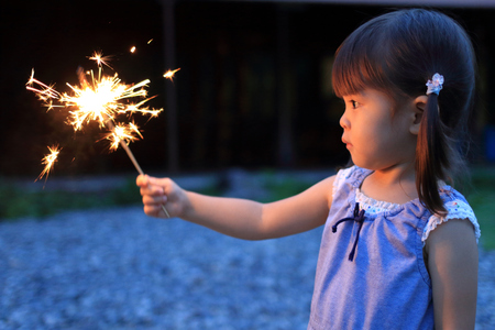 Photo pour Japanese girl doing handheld fireworks (2 years old) - image libre de droit
