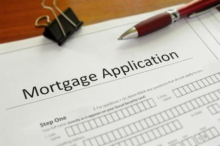 Photo pour Closeup of a blank mortgage application form - image libre de droit