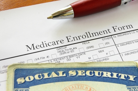 Photo pour Social Security card and Medicare enrollment form - image libre de droit