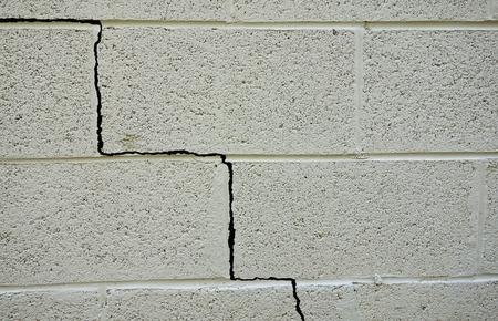 Photo pour Crack in a cinder block building foundation - image libre de droit