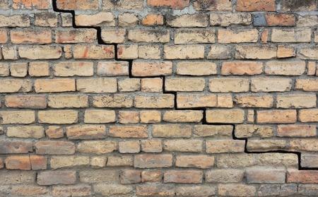 Foto de Old brick foundation with a crack in the mortar - Imagen libre de derechos