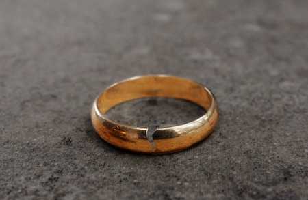 Photo pour Cracked gold wedding ring -- divorce concept - image libre de droit