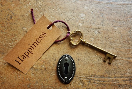 Photo pour Lock with gold key and Happiness tag - image libre de droit