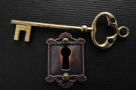 Foto de Vintage gold key and old lock - Imagen libre de derechos