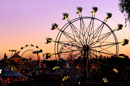 Photo pour Silhouettes of carnival rides under sunset - image libre de droit