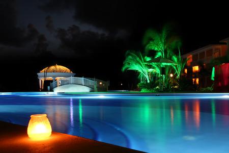 Photo pour Beautiful resort pool at night - image libre de droit
