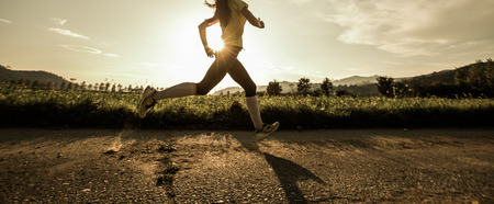Photo pour Fit woman running fast, training in bright sunshine - image libre de droit