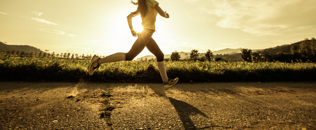 Photo pour Fit woman running fast, training in bright sunshine - image libre de droit