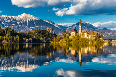 Foto de Amazing View On Bled Lake, Island,Church And Castle With Mountain Range Stol, Vrtaca, Begunjscica In The Background-Bled,Slovenia,Europe - Imagen libre de derechos