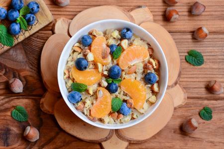 Photo pour Easy oatmeal with citrus, berries and nuts. - image libre de droit