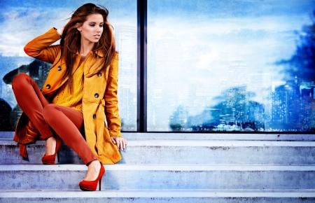 Photo pour Woman in autumn city - image libre de droit