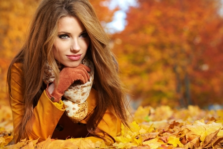 Photo pour Beautiful elegant woman standing in a park in autumn  - image libre de droit