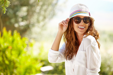 Photo pour Smiling summer woman with hat and sunglasses - image libre de droit