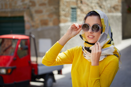 Photo pour Tourists in a shawl on the streets of a small Italian town - image libre de droit