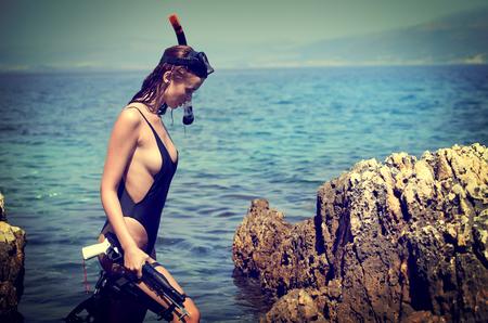 Foto de Sexy beach bikini girl wearing scuba gear and crossbow - Imagen libre de derechos