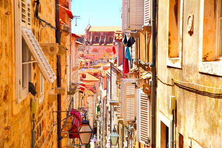 Foto de Picturesque old narrow street in Dubrovnik, Croatia - Imagen libre de derechos