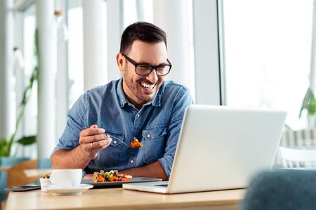 Photo pour Happy businessman video calling his family while on a lunch break. - image libre de droit