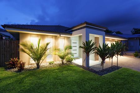 Photo pour Well lit modern home exterior at dusk - image libre de droit