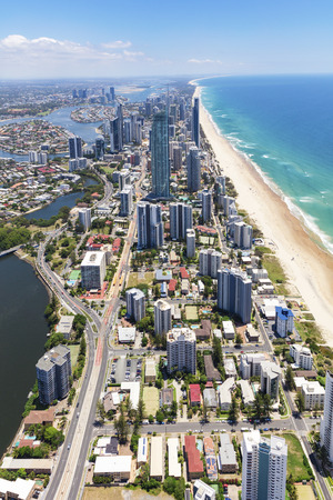 Foto de Vertical aerial view of sunny Surfers Paradise on the Gold Coast, Queensland, Australia - Imagen libre de derechos