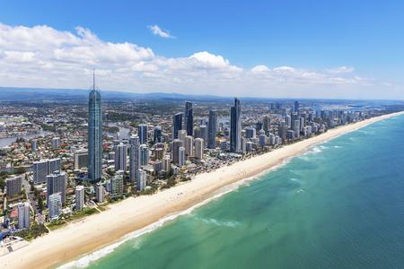 Foto de Sunny aerial view of Surfers Paradise looking inland on the Gold Coast, Queensland, Australia - Imagen libre de derechos