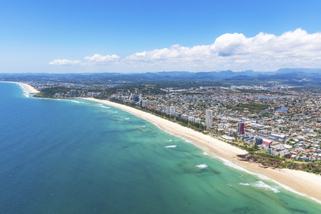 Photo pour Sunny view of Miami and Burleigh Heads on the Gold Coast, Queensland Australia - image libre de droit