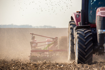 Foto de The tractor harvester working on the field - Imagen libre de derechos
