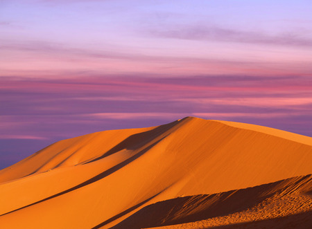 Photo pour Beautiful sunset over sand dunes abstract background - image libre de droit
